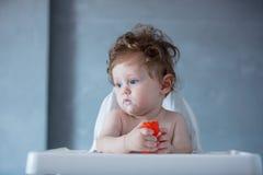 Chłopiec z owsianką na twarzy w czasie karmienie Fotografia Royalty Free