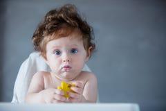 Chłopiec z owsianką na twarzy w czasie karmienie Zdjęcia Stock