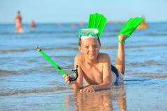 Chłopiec z pływackimi gogle, snorkel dopłynięciem i flippers, Obrazy Stock