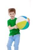 Chłopiec z pasiastą piłką fotografia stock