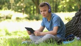 Chłopiec z pastylką przy parkiem zbiory