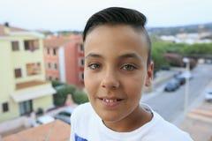 Chłopiec z piękny zielonych oczu ono uśmiecha się Zdjęcia Stock