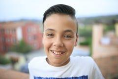 Chłopiec z piękny zielonych oczu ono uśmiecha się Obrazy Stock
