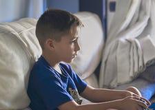 Chłopiec z pięknymi zielonymi oczami bawić się gra wideo obrazy royalty free