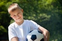Chłopiec z piłki nożnej piłką. fotografia stock