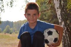 Chłopiec z piłki nożnej piłką Zdjęcia Royalty Free