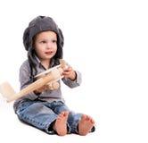 Chłopiec z pilotowym kapeluszowym bawić się zabawka samolotem Obrazy Stock