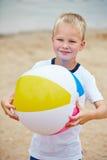 Chłopiec z plażową piłką w lecie zdjęcie royalty free