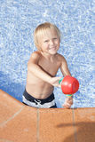 Chłopiec z podlewaniem może w pływackim basenie Obrazy Royalty Free