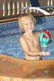 Chłopiec z podlewaniem może w pływackim basenie Fotografia Royalty Free