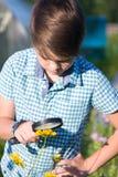 Chłopiec z powiększać - szkło w lecie fotografia royalty free