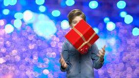 Chłopiec z prezenta pudełkiem na Bożenarodzeniowym tle zbiory