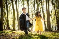 Chłopiec z przylądkiem i dziewczyna w princess ubieramy obraz stock