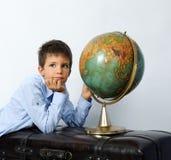 Chłopiec z rocznik kulą ziemską Fotografia Stock