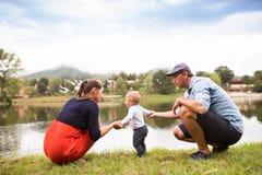 Chłopiec z rodzicami robi pierwszym krokom fotografia royalty free