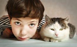 Chłopiec z siberian Tom kota zakończeniem w górę portreta Fotografia Royalty Free