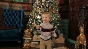 Chłopiec z Sparkler blisko choinki zdjęcie wideo