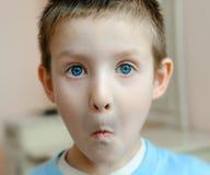 Chłopiec z spojrzeniem niespodzianka obrazy stock