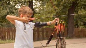 Chłopiec z strzałą i łękiem Bowmanu tło obrazy royalty free