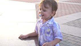 Chłopiec z sutka bieg zdjęcie wideo