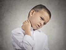 Chłopiec z szyja bólem obrazy royalty free