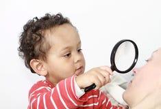 Chłopiec z target321_0_ - szkło zdjęcia royalty free