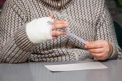 Chłopiec z tynku bandażem na jego ręce, medyczny help_ zdjęcia stock