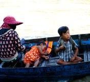 Chłopiec z wężem. Tonle Aprosza jezioro. Kambodża. zdjęcia royalty free
