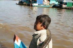 Chłopiec z wężem. Tonle Aprosza jezioro. Kambodża. zdjęcie stock