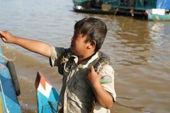 Chłopiec z wężem. Tonle Aprosza jezioro. Kambodża. zdjęcie royalty free