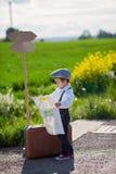 Chłopiec z walizką i mapą podróżuje, Obrazy Royalty Free