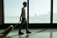 Chłopiec z walizki czekaniem w lotnisku obraz stock