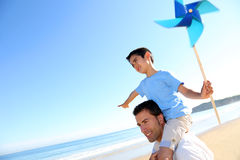 Chłopiec z windswirl i jego ojciec na plaży Obrazy Royalty Free