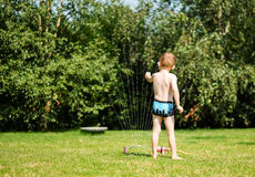 Chłopiec z wodną natryskownicą obraz royalty free