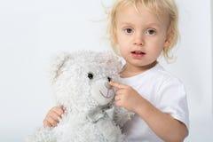 Chłopiec z zabawkarskim niedźwiedziem obraz stock