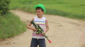 Chłopiec z zabawkarskim pistoletem wydaje czas na drodze zbiory wideo