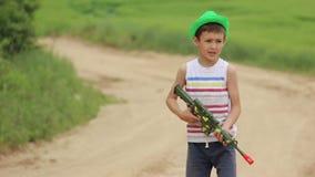 Chłopiec z zabawkarskim pistoletem wydaje czas na drodze zdjęcie wideo