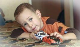 Chłopiec z zabawkarskimi samochodami obrazy stock