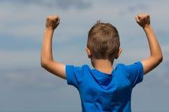 Chłopiec z zaciskać pięściami Zdjęcie Stock