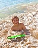 Chłopiec zabawę z surfboard Zdjęcia Stock