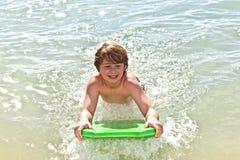 chłopiec zabawa surfboard Zdjęcia Royalty Free
