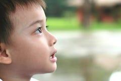 chłopiec zakończenia twarzy strona strona fotografia stock