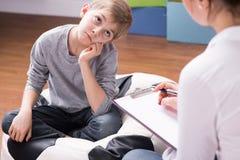 Chłopiec zanudzająca rozmowa z psychologiem Obraz Stock