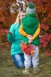 Chłopiec zbierał dla mamy jesieni bukieta liście Niespodzianka dla matki obraz royalty free