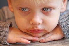 Chłopiec zgina jego głowę na stole Obraz Royalty Free