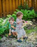 Chłopiec Znajduje Złotych Wielkanocnych jajka Fotografia Royalty Free