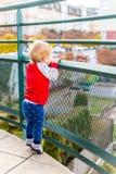 Chłopiec Zostaje Na Tiptoe I Ogląda Od balkonu Obraz Stock