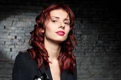 όμορφη κόκκινη γυναίκα τρι&ch Στοκ Φωτογραφίες