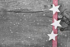 在灰色、白色和红色的破旧的别致的圣诞节背景ch的 免版税库存照片