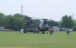 CH-47 Chinook och folk Royaltyfri Foto